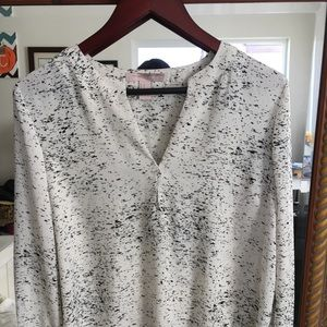 Tops - V-neck white blouse with black spots